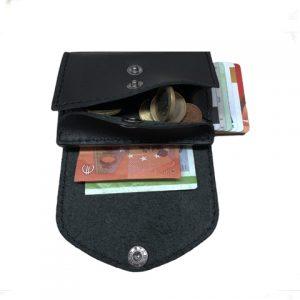 juoda odinė piniginė iš vidaus