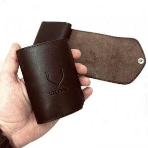 odinė rudos spalvos vyriška piniginė rankoje