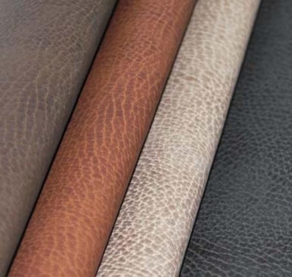 įvairių spalvų natūralios odos lakštai vienas šalia kito