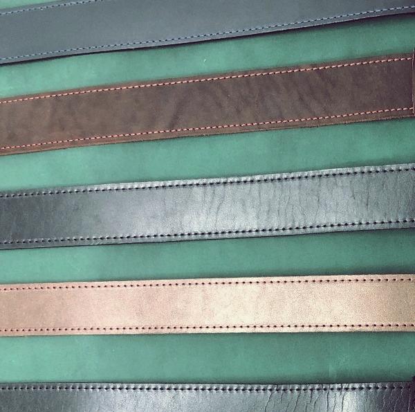 įvairių spalvų vyriški odiniai diržai vienas šalia kito