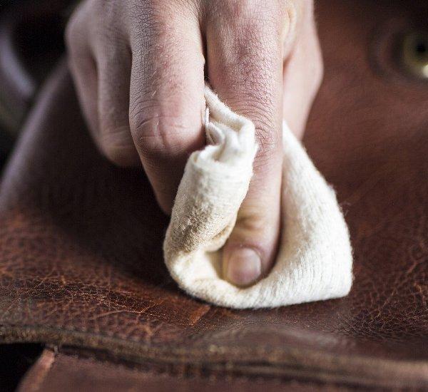 natūralios odos paviršius valomas drėgnu skudurėliu